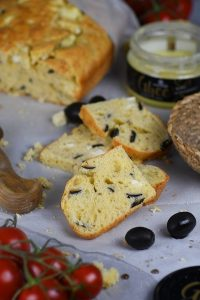 kruh sa maslinama i feta sirom