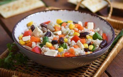 Salata s ječmenom kašom i povrćem